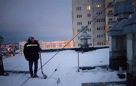 Уборка снега с козырьков и кровли домов