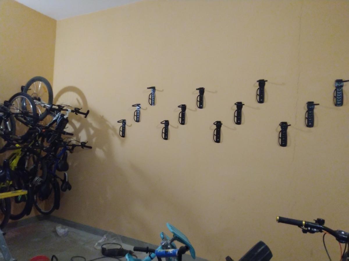 Установка крюков-держателей для велосипедов