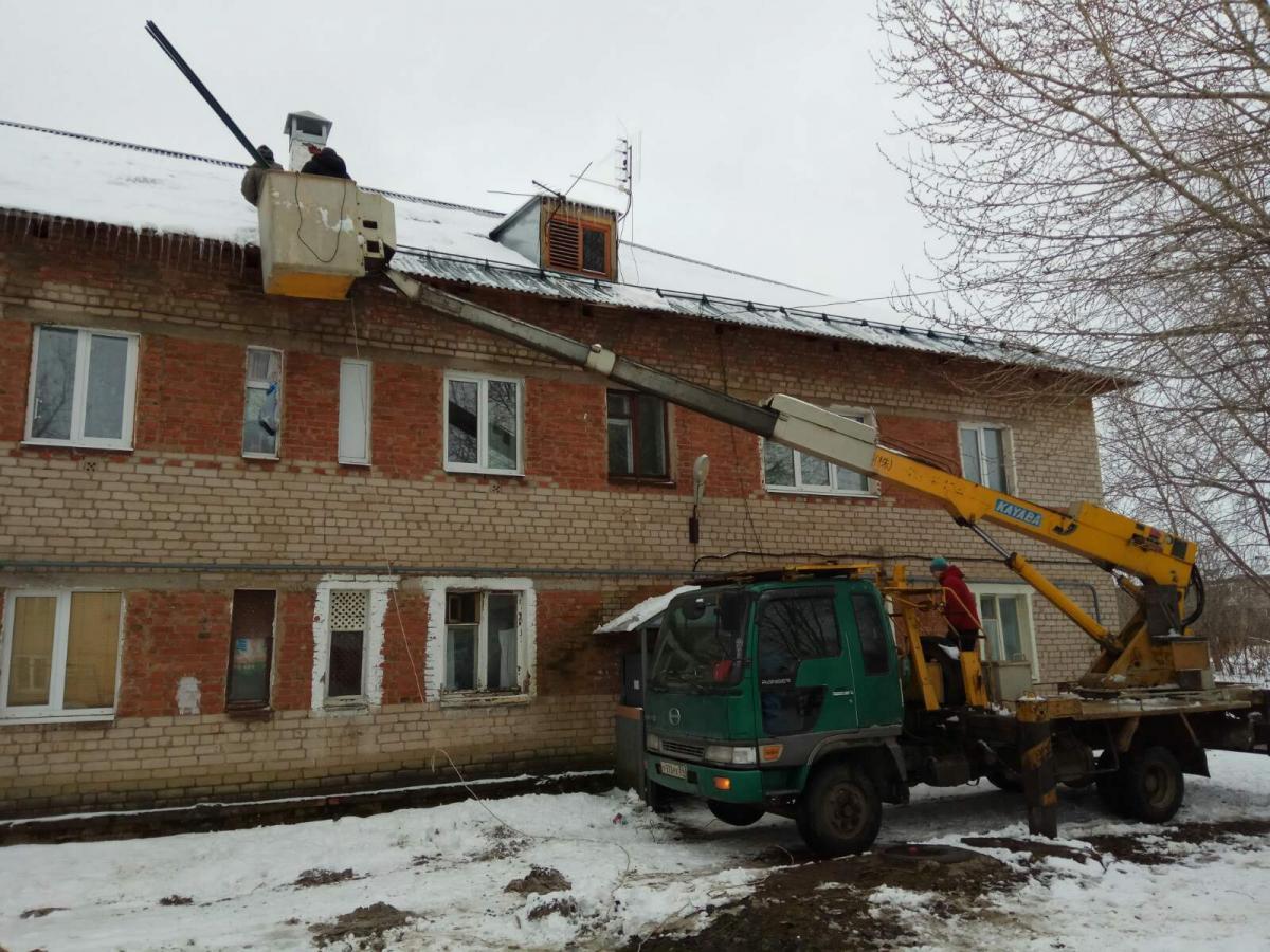 Монтаж снегозадержателей на крыше дома
